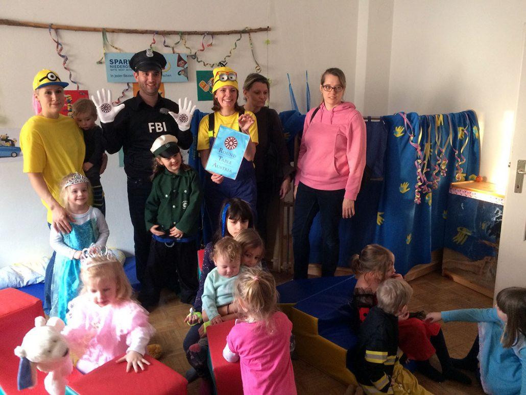 Gruppenfoto mit Johannes Kalteis, Alexandra Nolz und Kindern im Kids & Co