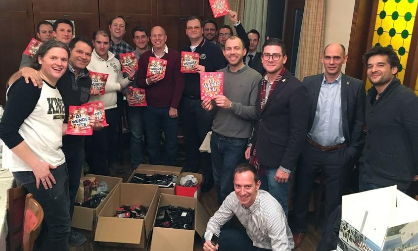 Clubmitglieder beim Verpacken der gesammelten Handys.